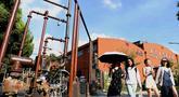 Orang-orang mengunjungi distrik seni Sungai Yangtze 180 di Hefei, Provinsi Anhui, China, 4 Agustus 2020. Distrik seni Sungai Yangtze 180, sebuah kawasan industri budaya dan kreatif, bertransformasi dari pabrik industri tua dan kini menyediakan ruang kantor kreatif dan tujuan rekreasi. (Xinhua/Xie Ch