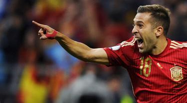 Pemain Spanyol, Jordi Alba merayakan gol yang dicetaknya ke gawang Slovakia pada laga kualifikasi Piala Eropa 2016 di Stadion Carlos Tartiere, Spanyol, Sabtu (5/9/2015). Spanyol berhasil menang 2-0. (Reuters/Eloy Alonso)