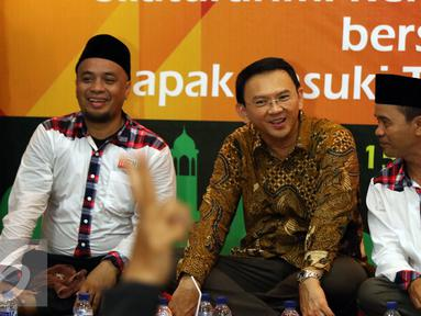 Cagub DKI Jakarta, Basuki Tjahaja Purnama (tengah) saat menghadiri peringatan Maulid Nabi Muhammad SAW 1438H di Jakarta, Minggu (15/1). Acara digelar secara terbuka dihadiri ratusan anggota Relawan Nusantara. (Liputan6.com/Helmi Fithriansyah)