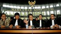 Todung Mulya Lubis (tengah) memberikan keterangan pers soal uji materi Undang-Undang Nomor 27 Tahun 2009, mengukuhkan adanya kesetaraan antara anggota DPD dengan DPR di MPR, Gedung MK Jakarta. ANTARA