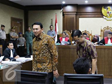 Gubernur DKI Jakarta Basuki T Purnama bersiap mengikuti persidangan di Pengadilan Tipikor, Jakarta, Senin (25/7). Ahok menjadi saksi terkait kasus suap proyek reklamasi. (Liputan6.com/Immanuel Antonius)