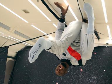 Ekspresi sprinter Jamaika, Usain Bolt saat mencoba ruangan gravitasi nol dalam pesawat Airbus Zero-G di Reims, Prancis, Rabu (12/9). Bolt mengatakan dia merasa seperti anak di toko permen. (Laurent Theillet, Mumm/Novespace via AP)