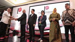 Pendiri Panggung Indonesia Ichawanudin Siregar memberikan penghargaan kepada sejumlah wakil rakyat terbaik 2018 oleh Panggung Indonesia di Jakarta, Rabu (29/8). (Liputan6.com/ Faizal Fanani)