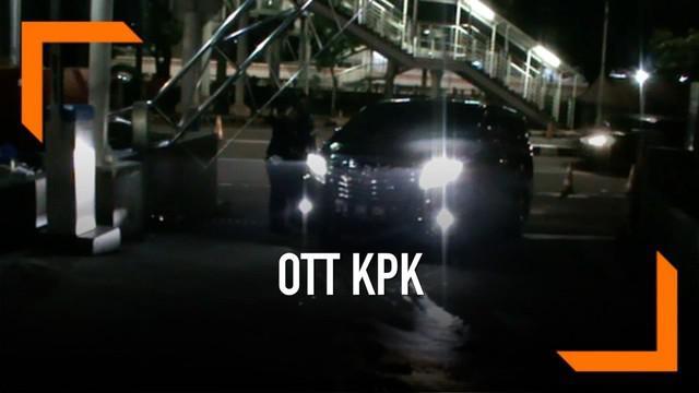 KPK melakukan ott terhadap direksi BUMN, pihak swasta, dan seorang anggota DPR RI. Diduga mereka ditangkap dalam pengaturan distribusi pupuk.