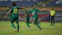 Pemain Persebaya Surabaya, Johan Yoga Utama (kanan) merayakan gol kedua timnya ke gawang PSIS Semarang dalam laga pekan ke-6 BRI Liga 1 2021/2022 di Stadion Wibawa Mukti, Cikarang, Minggu (03/10/2021). (Bola.com/Bagaskara Lazuardi)