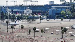 Tempat parkir Stadion Dodger yang menjadi pusat vaksinasi COVID-19 massal terlihat kosong dari aktivitas, Los Angeles, Amerika Serikat, Jumat (19/2/2021). California menutup beberapa pusat vaksinasi menyusul badai musim dingin yang menghambat pengiriman dosis. (AP Photo/Damian Dovarganes)