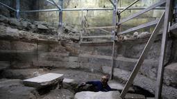 Arkeolog Tehillah Lieberman meneliti sebuah teater yang berasal dari zaman Romawi kuno di bawah Tembok Barat, Yerusalem, Senin (16/10). Otoritas Purbakala Israel mengungkap keberadaan situs bebatuan yang telah 1.700 tahun tersembunyi. (MENAHEM KAHANA/AFP)