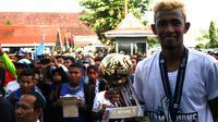 Ugik Sugiyanto meraih dua gelar di ISC B, yakni juara bersama PSCS dan pemain terbaik. (Bola.com/Robby Firly)