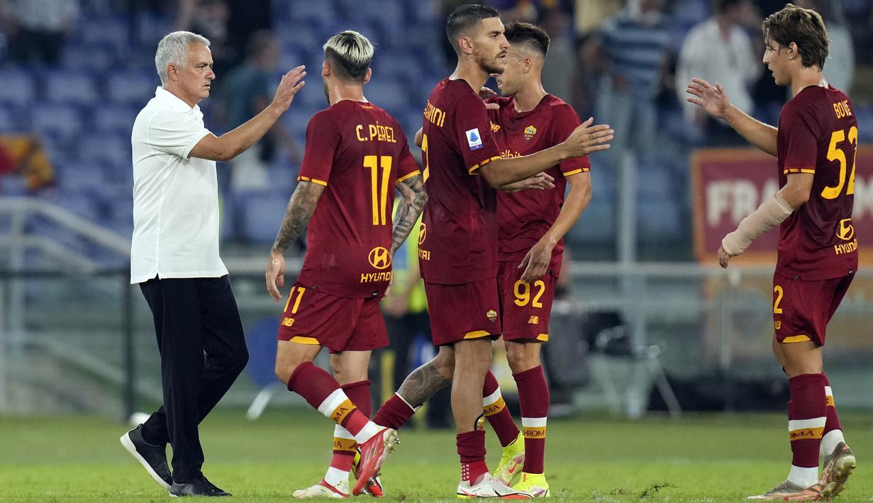 Jose Mourinho (kiri) sukses mengawali debutnya sebagai nakhoda baru AS Roma di Liga Italia musim 2021/2022. Skuat asuhannya berhasil merebut poin tiga dari Fiorentina pada giornata pertama liga. (Foto: AP/Gregorio Borgia)