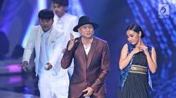 Penyanyi Anji memeriahkan panggung SCTV Awards 2017 di Studio 6 Emtek City, Jakarta, Rabu (29/11). SCTV Awards adalah ajang penghargaan yang diberikan untuk beberapa kategori, mulai dari pemain sinetron, sampai penyanyi. (Liputan6.com/Herman Zakharia)