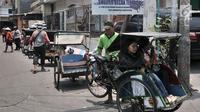 Penarik becak saat mangkal di Shelter Becak Terpadu di kawasan Teluk Gong, Pejagalan, Jakarta, Senin (8/10). Pemerintah Provinsi DKI Jakarta telah mendirikan tiga shelter khusus becak di kawasan Teluk Gong. (Merdeka.com/Iqbal Nugroho)