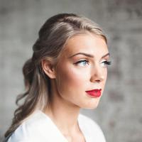 Ilustrasi memakai makeup. (unsplash.com)