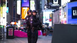 Petugas polisi sedang berjaga di lokasi penembakan di Times Square di New York, AS (8/5/2021). Menurut penjelasan polisi setempat, balita yang didampingi orang keluarganya itu tertembak pada bagian kaki saat membeli mainan. (AFP/Kena Betancur)