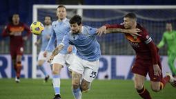 Bek Lazio, Francesco Acerbi (kiri) berebut bola dengan striker AS Roma, Edin Dzeko dalam laga lanjutan Liga Italia Serie A 2020/21 pekan ke-18 di Olympic Stadium, Roma, Jumat (15/1/2021). Lazio menang 3-0 atas AS Roma. (AFP/Filippo Monteforte)