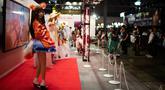 Seorang model mengenakan kostum karakter video game saat gelaran Tokyo Game Show 2018 di Tokyo, Jepang, Jumat (21/9). Salah satu perhelatan gaming terbesar untuk kawasan Asia tersebut diadakan hingga 23 September nanti. (AFP / Martin BUREAU)