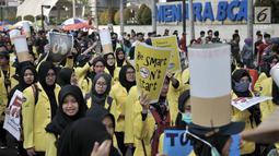 Mahasiswa Universitas Indonesia (UI) membawa spanduk saat menggelar kampanye Bahaya Merokok di car free day (CFD), Jakarta, Minggu (6/5). Dalam aksi tersebut para mahasiswa juga menyerukan tentang bahaya merokok. (Merdeka.com/Iqbal Nugroho)