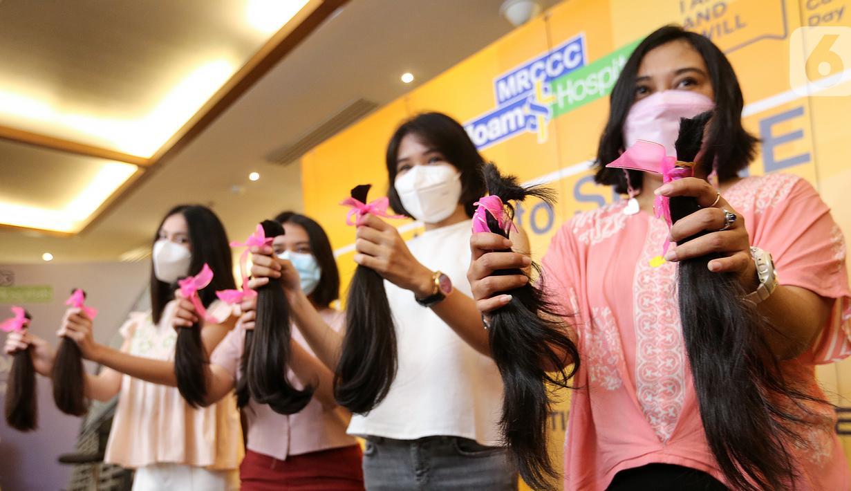 Para donatur menunjukkan rambut usai dipotong pada kegiatan Hair to Share di MRCC Siloam Hospitals Semanggi, Jakarta, Rabu (03/02/2021). Donasi rambut bagi pasien kanker digelar dalam rangka Hari Kanker Sedunia 2021 pada 4 Februari. (Liputan6.com/Fery Pradolo)