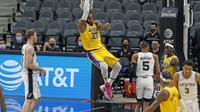 LeBron James lakukan dunk saat Lakers mengalahkan Spurs pada laga lanjutan NBA 2020/2021, Sabtu (02/01/2021) pagi WIB. (Ronald Cortes / GETTY IMAGES NORTH AMERICA / Getty Images via AFP)