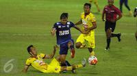 Pemain tengah Arema FC, Adama Alis (kedua kiri) melompat menghindari pemain Sriwijaya FC saat laga 8 besar Piala Presiden 2017 di Stadion Manahan, Solo, Minggu (26/2). Arema melaju ke semifinal setelah unggul 1-0. (Liputan6.com/Helmi Fithriansyah)