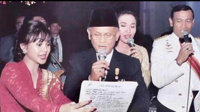 Yuni Shara bernyanyi bersama BJ Habibie pada 1998