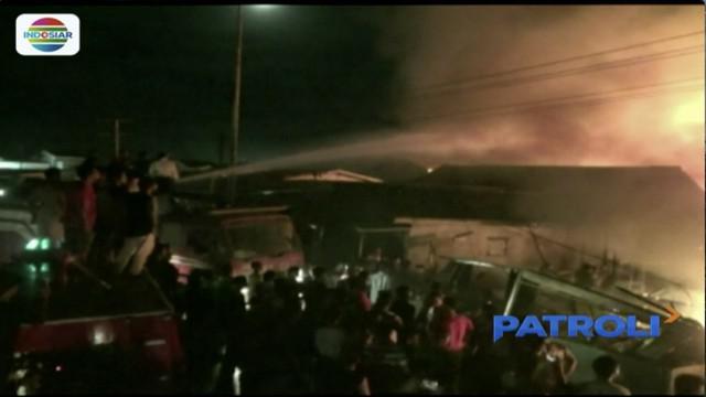 Senin (2/4) dini hari, 10 rumah di Medan Belawan, Sumatera Utara ludes dilalap api. Menurut pantauan, kobaran api pertama kali terlihat dari sebuah bengkel.