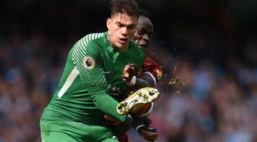 Detik-Detik Kaki Mane Mendarat di Wajah Kiper Manchester City