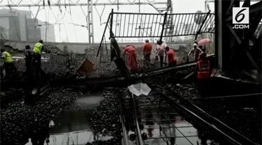 Jembatan penyeberangan yang berada di Stasiun Mumbai, India, tiba-tiba runtuh dan membuat dua orang terluka.
