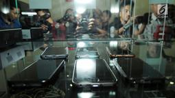Deretan handphone (HP) berbagai jenis di intalasi yang akan dilelang di gedung KPK, Jakarta, Jumat (20/7). Handphone tersebut hasil sitaan KPK terhadap para koruptor yang ketangkap KPK. (Merdeka.com/Dwi Narwoko)