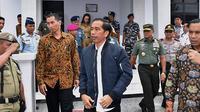 Presiden Jokowi Jalan-jalan usai meresmikan Bandara Miangas, Kabupaten Talaud, Provinsi Sulawesi Utara (19/10) - Fotografer Agus Suparto
