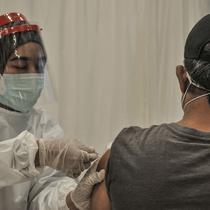 Jurnalis saat menerima vaksinasi Covid-19 di Balai Kota, Jakarta, Senin (29/3/2021). Pemprov DKI Jakarta bekerja sama dengan Dewan Pers menggelar vaksinasi Covid-19 bagi 5.200 awak media. (merdeka.com/Iqbal S. Nugroho)