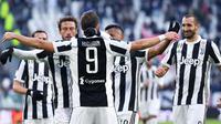Para pemain Juventus merayakan gol  Gonzalo Higuain saat melawan Sassuolo pada lanjutan Serie A di Allianz Stadium, Turin (4/2/2018). Juventus menang 7-0. (Alessandro Di Marco/ANSA via AP)