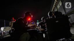 Tim Gegana Brimob Kelapa Dua Mabes Polri bersiap mengecek benda mecurigakan saat simulasi penanggulangan bom dan teror di Depo MRT Lebak Bulus, Jakarta, Rabu (16/12/2020). Aksi itu untuk mengecek kesiapan anggota Brimob Kelapa Dua Mabes Polri menghadapi ancaman kejahatan. (Liputan6.com/FaizalFanani)