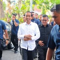 Capres nomor urut 01 Joko Widodo atau Jokowi saat tiba di Resto Plataran Menteng, Jakarta Pusat, Kamis (18/4). Jokowi enggan menjawab saat ditanya apa yang akan dibahas dalam pertemuannya dengan partai pendukungnya dalam Pemilu 2019. (Liputan6.com/Angga Yuniar)