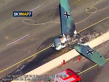 Sebuah pesawat antik Amerika Utara AT-6 yang jatuh di US 101 di Agoura Hills, California (23/10). Dilaporkan pilot selamat dan tidak ada korban jiwa atas kecelekaan yang terjadi pada sore hari tersebut. (KABC-TV via AP)