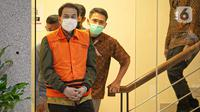 Wakil Ketua DPR Aziz Syamsuddin jelang rilis penetapan tersangka dan penahanan di Gedung KPK Jakarta, Sabtu (25/9/2021). Politisi Partai Golkar ini ditetapkan sebagai tersangka dan langsung ditahan KPK terkait kasus penanganan perkara di Kabupaten Lampung Tengah. (Liputan6.com/Faizal Fanani)