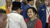 Ketua Umum Gerindra Prabowo Subianto dan Ketua Umum PDI Perjuangan Megawati Soekarnoputri bersalaman di Ruang Sidang Utama KPU, Jakarta, Minggu (18/2). Pengundian nomor urut Parpol menjadi ajang pertemuan kedua tokoh nasional. (Liputan6.com/Faizal Fanani)