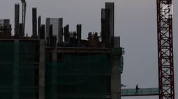 Pekerja menyelesaikan pembangunan gedung bertingkat di Jakarta, Senin (25/2). Menurut proyeksi Economist Intelligence Unit (EIU), ekonomi Indonesia tahun ini diperkirakan berada di kisaran 4-6 persen. (Liputan6.com/Immanuel Antonius)