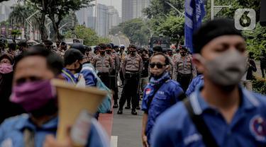 Sejumlah aparat kepolisian bersiaga untuk menjaga keamanan di di sekitar Gedung DPR/MPR RI, Jakarta, Jumat (14/8/2020). Pengamanan ekstra tersebut untuk mengantisipasi rencana unjuk rasa menolak RUU Cipta Kerja yang bertepatan dengan Sidang Tahunan di Gedung DPR. (Liputan6.com/Faizal Fanani)