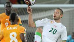 Aksi gelandang Aljazair, Mourad Meghni (kanan) di laga perempat final Piala Afrika 2008 melawan Pantai Gading di Chiazi Stadium, Cabinda, 24 Januari 2010. Aljazair unggul 3-2. AFP PHOTO / ISSOUF SANOGO