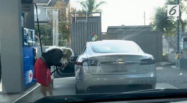 Seorang wanita kebingungan saat sedang mengisi bahan bakar untuk mobilnya. Padahal tanpa ia sadari mobilnya ternyata mobil listrik.