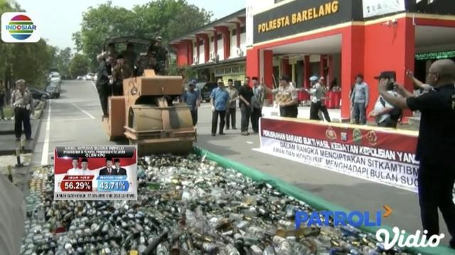 Polresta Barelang, Batam, musnahkan 9 ribu miras, 574 gram sabu, dan 1.000 gram ganja dengan alat berat.