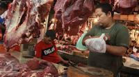 Pedagang melayani pembeli daging Sapi di Pasar Induk Senen, Jakarta, Selasa (19/7).(Liputan6.com/Angga Yuniar)