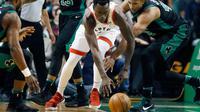 center Toronto Raptors, Pascal Siakam (tengah) mencoba kejar bola saat melawan Celtics  (AP Photo/Michael Dwyer)
