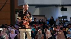 Gubernur Jawa Tengah Ganjar Pranowo berbagi cerita inspiratif kepada peserta EMTEK Goes To Campus (EGTC) 2017 di Universitas Negeri Semarang, Kamis (6/4). Ganjar menjadi salah satu pembicara inspiratif pada hari kedua EGTC 2017 (Liputan6.com/Yoppy Renato)