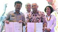 Menteri Koperasi dan UKM Teten Masduki menjali kerja sama dengan Menteri Pertanian Syahrul Yasin Limpo. (Tira/Liputan6.com)