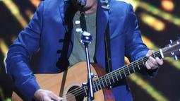 Iwan Fals membawakan lagu Bongkar saat tampil di Malam Puncak HUT SCTV ke 26 di Istora Senayan, Jakarta, Rabu (24/8). Iwan Fals merupakan satu dari musisi papan atas yang mengisi malam puncak HUT 26 SCTV. (Liputan6.com/Johan Tallo)