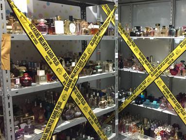 Garis polisi dipasang di lokasi penggerebekan pabrik parfum palsu berbagai merek di kawasan Tamansari, Jakarta Barat, Rabu (7/2). Polisi berhasil mengamankan seorang tersangka. (Liputan6.com/Immanuel Antonius)