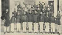 Para murid, guru, dan pengurus Tiong Hoa Hwe Koan di Padang. (Foto: Nio Joe Lan, Riwajat 40 taon dari Tiong Hoa Hwe Koan-Batavia, 1900-1939/Padangkita.com)
