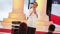 Calon presiden nomor urut 01 Joko Widodo atau Jokowi memberi paparannya dalam debat kedua Pilpres 2019 di Hotel Sultan, Jakarta, Minggu (17/2). Debat dipimpin oleh Tommy Tjokro dan Anisha Dasuki. (Liputan6.com/Faizal Fanani)