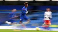 Striker Chelsea, Tammy Abraham, menggiring bola saat melawan Luton Town pada laga Piala FA di Stadion Stamford Bridge, Minggu (24/1/2021). Chelsea menang dengan skor 3-1. (AP/Ian Walton)